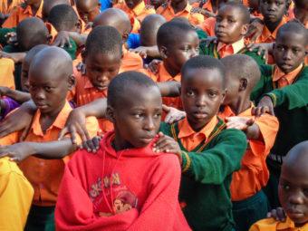 Morgenapell der grösseren Schüler im Schulhof