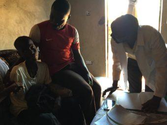 Ein in seine Gemeinschaft reintegrierter Junge wird weiterhin medizinisch betreut
