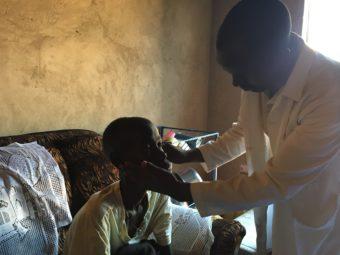 suivi médiEin in seine Gemeinschaft reintegrierter Junge wird weiterhin medizinisch betreut