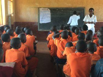 In den Schulen führt das Projekt Sensibilisierungskampagnen durch und bekämpft so die Diskriminierung HIV-Positiver.