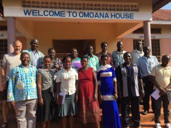 Gruppenfoto aller Mitarbeitenden im Omoana House
