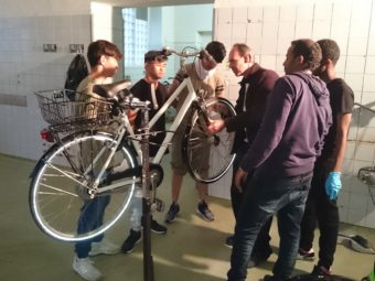 Ein Fahrradmechaniker vermittelt den Asylbewerbern die Grundlagen des Unterhalts von Velos