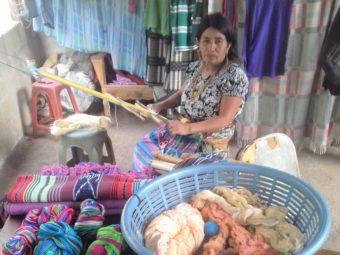 eine Teilnehmerin des Empowerment Programms für Klein-Unternehmerinnen bei der Arbeit