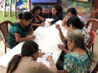 Vicenta, lokale Mentorin (hinten Mitte), mit einer Gruppe des Unternehmerinnen-Ausbildungsprogramms in den Räumlichkeiten von Vision Guatemala