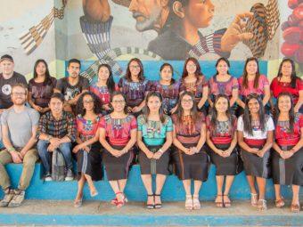 Das lokale Team 2020 besteht aus 17 StipendiatInnen, (ehemalige) Teilnehmende des Kinder- und Jugendförderungs-Programms, zwei internationalen Volontären, einem lokalen Öko-Bauspezialisten und der Organisationsgründerin N. Roten (1. Reihe 3. v.r.)
