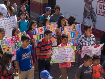 Zum Jahresauftakt 2020 haben sich alle teilnehmenden Familien von Vision Guatemala zu einer friedlichen Demonstration «Pro Bildung» in den Strassen von San Juan La Laguna versammelt.