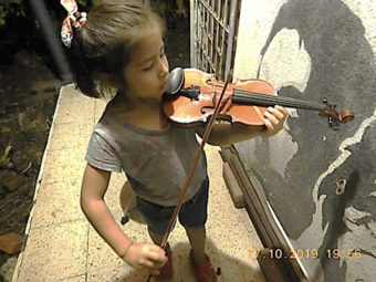 Keine zu klein, grosse Geigenspielerin zu sein! Auch Kinder mit musischem Interesse sind im Tlaloc willkommen