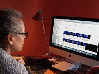 IFIS Projektleiterin Teresa Calvo wählt Szenen für Onlineunterricht aus