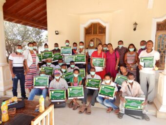 23 fertig ausgebildeten Lehrkräfte der Schule von Sakaraha mit ihren « boite à image »